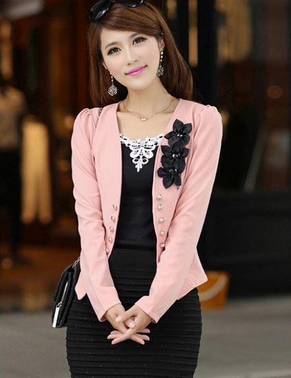 เสื้อสูทผู้หญิง แขนยาว แบบพอดีเอว เสื้อสูท เสื้อคลุม สีชมพู หวาน ๆ แต่งดอกไม้ สีดำ บริเวณ ปกเสื้อ ไหล่พอง เล็กน้อย เสื้อใส่ทำงาน 785152_3