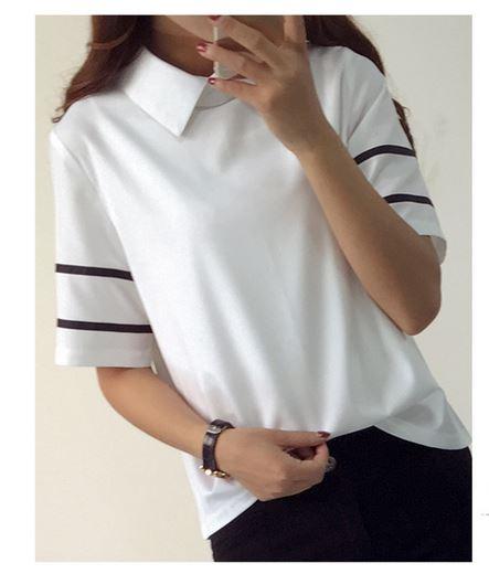 เสื้อแฟชั่น เสื้อผู้หญิง สีขาว คอปก เสื้อแขนสั้นสีขาว แบบมีดีไซน์ ลายตัดเส้นดำ ที่แขนเสื้อ เสื้อคอปก สีขาว แขนสั้น 366319