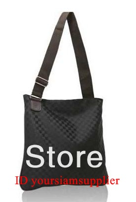 กระเป๋าสะพายข้างผู้ชาย สีดำ ลายตารางหมากรุก