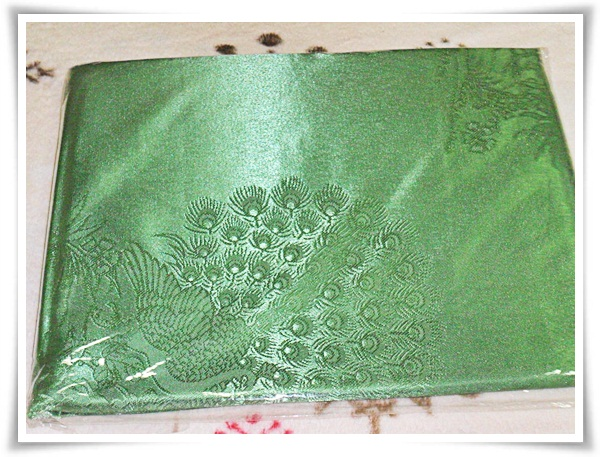 ผ้าแพร ผ้าซาติน สีเขียวลายนกยูง