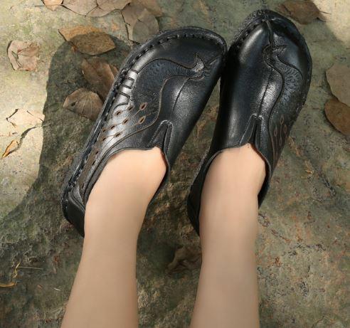 รองเท้าหุ้มส้น ผู้หญิง รองเท้าหนังแท้ รองเท้าคัทชู ใส่เที่ยว รองเท้าหนังนิ่ม มีดีไซน์ ดีไซน์ ลายนกยูง แสนสวย สีดำ ใส่สบาย สวยเก๋ 399504