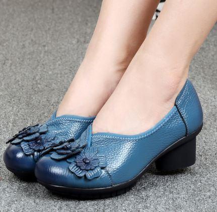 รองเท้าหุ้มส้น ผู้หญิง รองเท้าหนังแท้ รองเท้าคัทชู แบบ เสริมส้นเล็กน้อย รองเท้าหนัง สีฟ้า แต่งลายดอกไม้ ใส่เที่ยว ใส่ออกงาน 950334_2