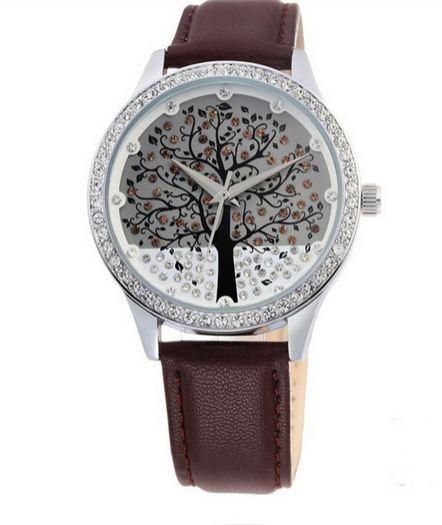 นาฬิกาข้อมือ ผู้หญิง สายหนัง ฝังเพชร ออกแบบ หน้าปัด ด้านใน เป็น ต้นคริสมาสต์ ติดเพชร สวยหรู ท่ามกลาง หิมะ สายหนังสีน้ำตาล ดำ ขาว 542945