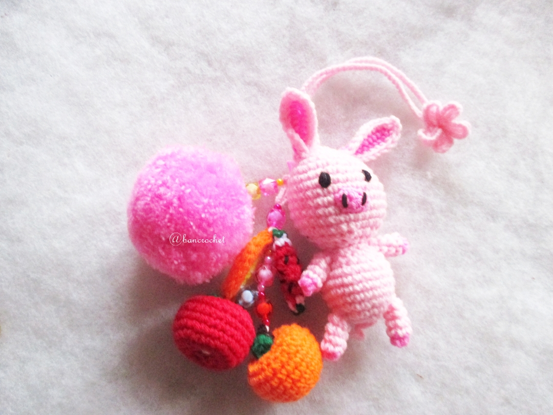 หมูกระต่ายชมพูถักไหมพรมห้อยปอมปอมผลไม้ถัก Pompom crochet keychain