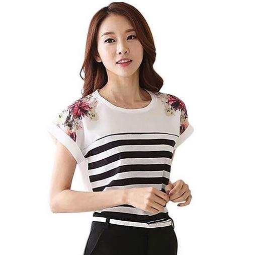 เสื้อแฟชั่น เสื้อผู้หญิง สีขาว ลายตัดขวางสีดำ ผ้าโพลีเอสเตอร์ ใส่สบาย แต่งลายดอกไม้ ที่ไหล่ เสื้อแขนสั้น ใส่เที่ยว ทำงาน สบาย 786767