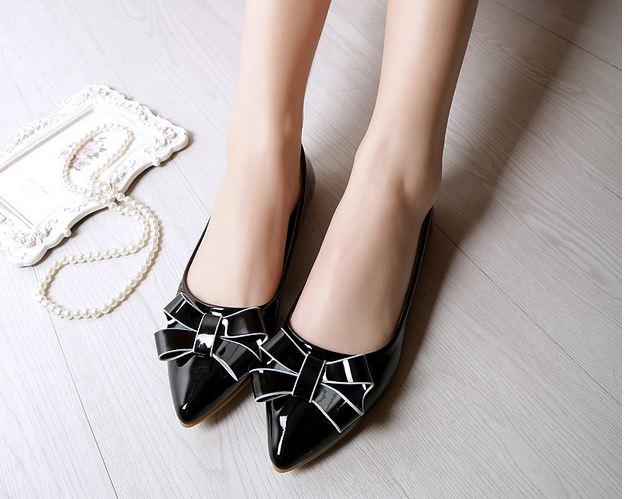 รองเท้าคัทชู ใส่ทำงาน สีดำ รองเท้าหุ้มส้น หนังแก้ว ติดโบว์ด้านหน้า ตัดขอบโบว์ ด้วยเส้น สีขาว เพิ่มมิติ รองเท้าใส่ทำงาน ออฟฟิต 645078