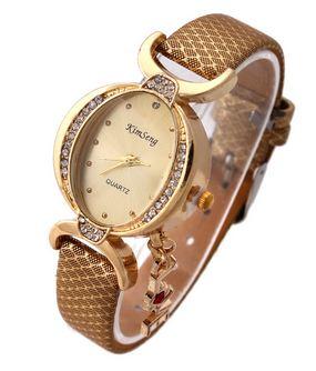 นาฬิกาข้อมือ ผู้หญิง สายหนัง สไตล์กำไล ประดับเพชร Crystal ห้อยอักษร Love ของขวัญสุดหรู สีเหลืองทอง no 907049_1
