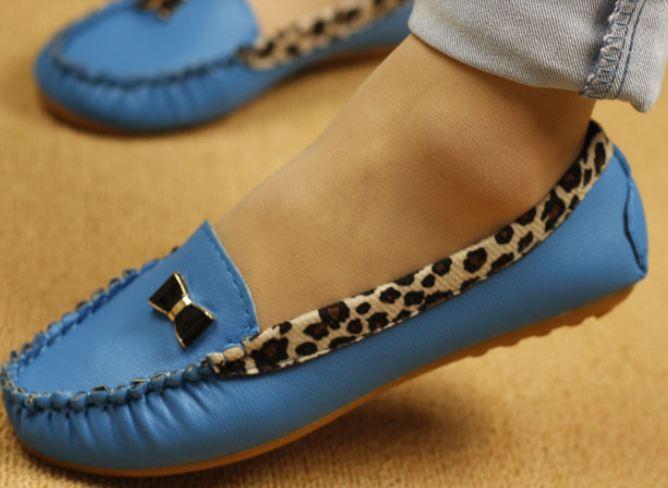 รองเท้าหุ้มส้น ผู้หญิง ส้นแบน วัสดุ รองเท้าหนัง Pu ตกแต่งลายเสือ พื้นยางอย่างดี ติดโบว์ด้านหน้าเก๋ ๆ รองเท้าใส่เที่ยว ใส่ทำงาน สี ฟ้า 63685