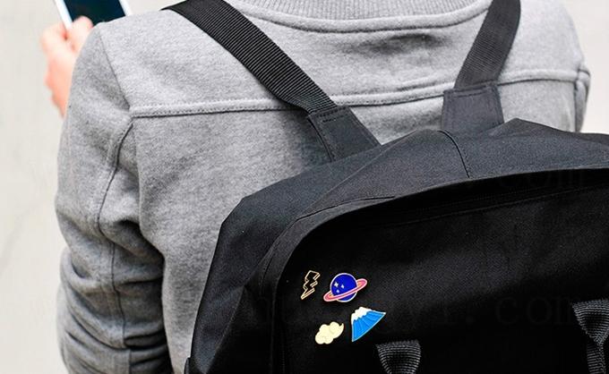 เข็มกลัดติดปกเสื้อรูปดาวและสายฟ้า