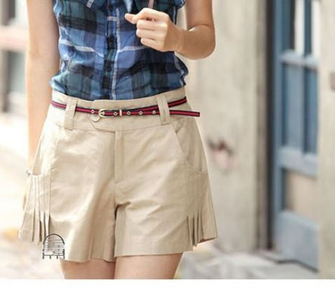 กางเกงขาสั้น กางเกงผู้หญิง ขาสั้น แฟชั่น ดีไซน์ สีน้ำตาลอ่อน กากี ใส่กับเสื้อสีขาว เข้ากันสุด ๆ ดีไซน์ แต่งจีบ 2 ข้าง เก๋ ๆ กางเกงทรงเอ 601573