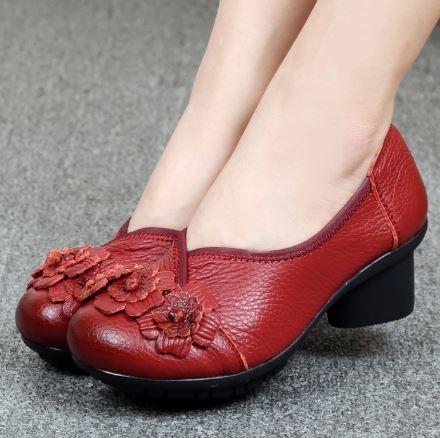 รองเท้าหุ้มส้น ผู้หญิง รองเท้าหนังแท้ รองเท้าคัทชู แบบ เสริมส้นเล็กน้อย รองเท้าหนัง สีแดง แต่งลายกุหลาบ ด้านหน้า แบบสวย มีสไตล์ 950334