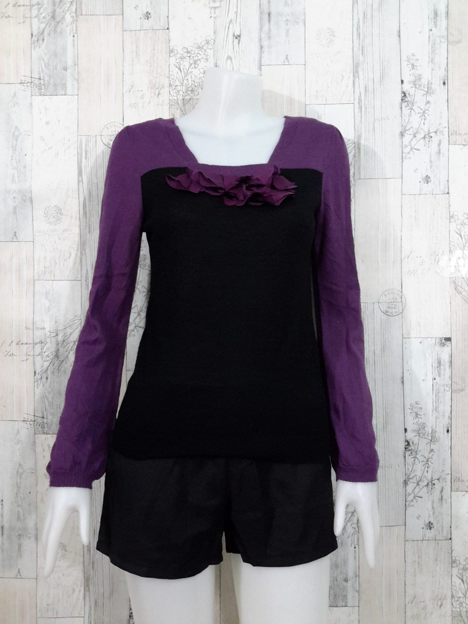 Blouse3541 2nd hand clothes เสื้อไหมพรมบางเนื้อนุ่ม แขนยาว ช่วงอกแต่งระบายดอกไม้ โทนสีดำม่วง