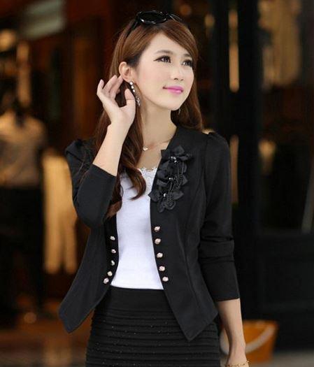 เสื้อสูทผู้หญิง แขนยาว แบบพอดีเอว เสื้อสูท เสื้อคลุม สีดำ แต่งดอกไม้ สีดำ บริเวณ ปกเสื้อ ไหล่พอง เล็กน้อย แต่งด้วยกระดุม สุดหรู 785152_1