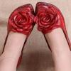 รองเท้าหุ้มส้น ผู้หญิง รองเท้าหนังแท้ รองเท้าคัทชู รองเท้าใส่เที่ยว รองเท้าหนังนิ่ม ออกแบบเป็น ดอกกุหลาบ ตกแต่งหน้าเท้า สีแดง สวยหรู มีระดับ 270218