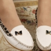 รองเท้าหุ้มส้น ผู้หญิง ส้นแบน วัสดุ รองเท้าหนัง Pu ตกแต่งลายเสือ พื้นยางอย่างดี ติดโบว์ด้านหน้าเก๋ ๆ รองเท้าใส่เที่ยว ใส่ทำงาน สีขาว 63685_2