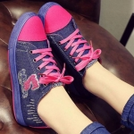 รองเท้าผ้าใบ สไตล์ วัยรุ่น ผ้ายีนส์ สีชมพูเข้ม ตัดกับ สียีนส์ อย่างลงตัว สดใส สไตล์วัยรุ่น รองเท้า ใส่เที่ยว น่ารักสุด ๆ รองเท้าผ้าใบข้อเตี้ย 84933_1