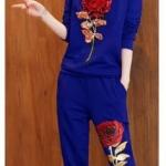 ชุดออกกำลังกาย ผู้หญิง ชุดกีฬา เข้าชุด เสื้อกับกางเกง ใส่วิ่ง เข้าฟิตเนส ชุดวอร์ม สีน้ำเงิน แต่ง ลายกุหลาบ สีแดง ชุดใส่เที่ยว แบบ sport 717023_2