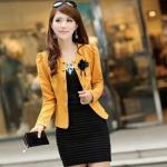 เสื้อสูทผู้หญิง แขนยาว เสื้อสูท สำเร็จรูป สีเหลือง อมส้ม แต่งกระดุม เรียง สีทอง ติดดอกไม้ ที่อกเสื้อ สีดำ เสื้อ jacket ใส่ทับชุดแซก 802895_4