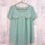 SALE!! blouse1779 เสื้อแฟชั่นผ้าชีฟองเนื้อทราย แต่งกระเป๋าหลอกปักมุก แขนสั้น สีเขียวพาสเทล