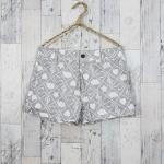 SALE!! Shorts300 กางเกงขาสั้น กระดุมซิป ผ้ายีนส์นิ่มลายตัวโน้ตเมฆดาวโทนสีขาวเทา Size S รอบเอว 26.5 นิ้ว สะโพก 35 นิ้ว