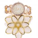 นาฬิกาสร้อยข้อมือ ไข่มุก ฝังเพชร CZ นาฬิกา แบบหรู แฟชั่น ไข่มุก ใส่ออกงาน เข้ากับชุดเดรส สีขาว ตกแต่งดอกไม้สีขาว ดีไซน์ เป็น สร้อยข้อมือ 784466