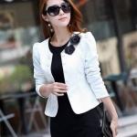 เสื้อสูทผู้หญิง แขนยาว แบบพอดีเอว เสื้อสูท สีขาว เรียบหรู มี ดีไซน์ แต่งกระดุม ติดดอกไม้ สีดำ ที่คอเสื้อ เสื้อคลุม แบบทางการ 277452_3