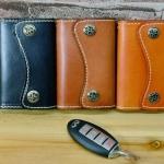 กระเป๋าใส่พวงกุญแจ หนังวัวแท้ ดีไซน์ สไตล์ วินเทจ กระเป๋าหนังแท้ ใส่กุญแจรถยนต์ กุญแจบ้าน หนังแท้ ดีไซน์ มีโค้ง เพิ่มความนุ่มนวล ของขวัญ เก๋ ๆ 835331