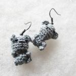 ต่างหูถัก รูปหมีเทา ขนาด 1.5 นิ้ว mimi bear amigurumi earrings crochet 1.5 inches