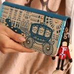 กระเป๋าสตางค์ผู้หญิง กระเป๋าสตางค์ใบยาว หนัง pu กันน้ำ สีฟ้า ดีไซน์ จากประเทศอังกฤษ ซิปรอบ ปักหมุดสีทอง ลายรถม้า ห้อยทหาร อังกฤษ 243759