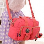กระเป๋าสะพายข้างผู้หญิง กระเป๋าผ้าไนลอน กันน้ำ ใบใหญ่ กำลังดี ใส่ของได้เยอะ แบบสวย มีกระเป๋าหน้า 2 ช่อง ดีไซน์เก๋ มีหลายสีนะคะ 939841