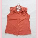 **สินค้าหมด blouse2024 เสื้อแฟชั่นคอปกระบายบ่า กระดุมหน้า แขนกุด ผ้าไหมอิตาลีสีส้มอิฐ