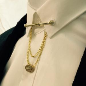 เข็มกลัดติดปกเสื้อแบบบาร์หนีบโซ่สองชั้นสีทอง