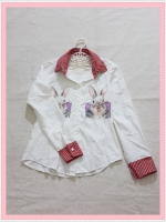 blouse1953 เสื้อเชิ้ตแฟชั่นน่ารักสกรีนลายกระต่าย คอปกลายสก็อตขาวแดง กระดุมหน้า ผ้าไหมอิตาลีสีขาวครีม