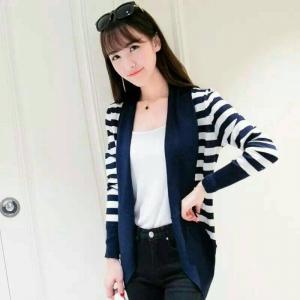 blouse3449 งานนำเข้าสไตล์เกาหลี เสื้อคลุมไหมพรมเนื้อแน่นสวย ผ้านุ่ม ใส่สบาย ลายริ้วสีขาวกรม ขนาด Free Size