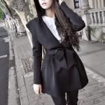 เสื้อคลุมทรงเก๋ สีดำ จะผูกเอวหรือจะใส่แบบปล่อยๆ ก็เก๋ เนื้อผ้ายืดหยุ่นมีน้ำหนักทิ้งตัว ไม่หนาใส่คลุมสบายๆ มีฮู้ดค่ะ