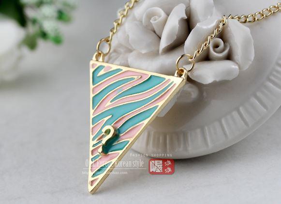 พร้อมส่ง สร้อยคอสามเหลี่ยมลายม้าลาย สีสันสดใส ลายชมพูเขียว